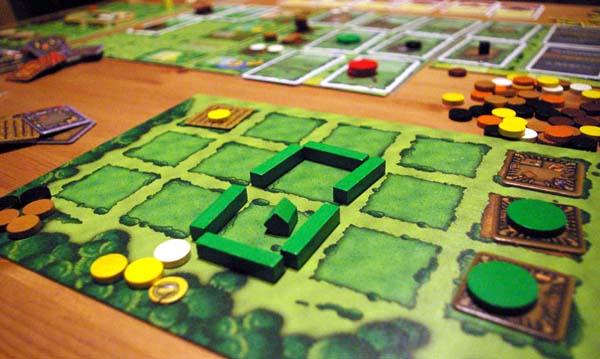 Žaidėjo nuosavas laukas (žemė, sodyba) kurį ir reikia išvystyti. Dabar pas žaidėją yra medinis namas su trimis kambariais, 3 šeimos nariai (vienas jau išėjęs dirbti, tolumoje matosi žalia figurėlė), aptvaras su tvartu gyvuliams per du kvadratus ir 1 lysvė su pasodintu grūdu (tas geltonas rutuliukas). Žaidimo pabaigoje kiekvienas tuščias sodybos kvadratas žaidėjui atneša minusinius taškus.